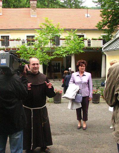 Kálmán Peregrin atya fogadja a MAKÚSZ zarándokait