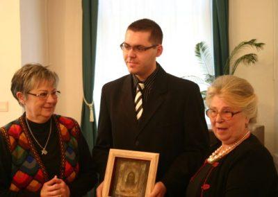 Veszelovszki Balázs Sinkó-díjas Sinkó Zsuzsa és Sinkó Veronika társaságában
