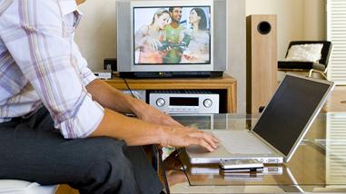 A többség tévézik itthon, de a netezés aránya is folyamatosan nő